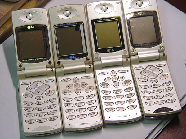 처음으로 게임 다운로드가 가능했던 휴대폰, LG 아이북